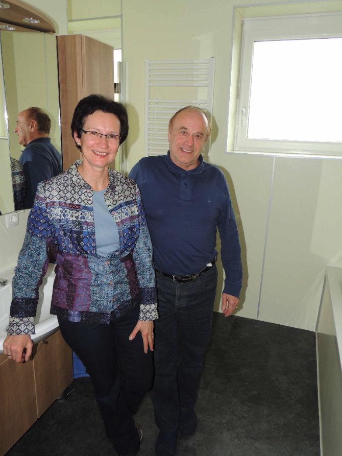 Senioren im neuen Seniorenbadezimmer