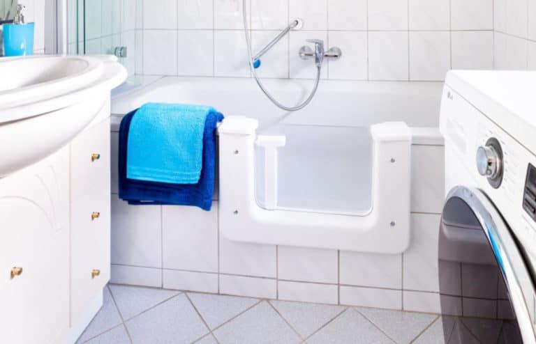 Badezimmer mit begehbarer Badewanne