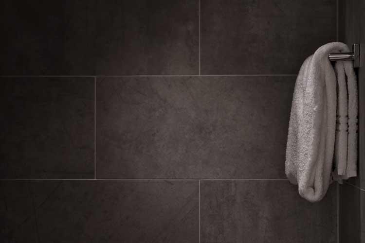 Bild zeigt Handtuch in Duschkabine