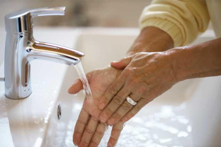 Person wäscht sich die Hände